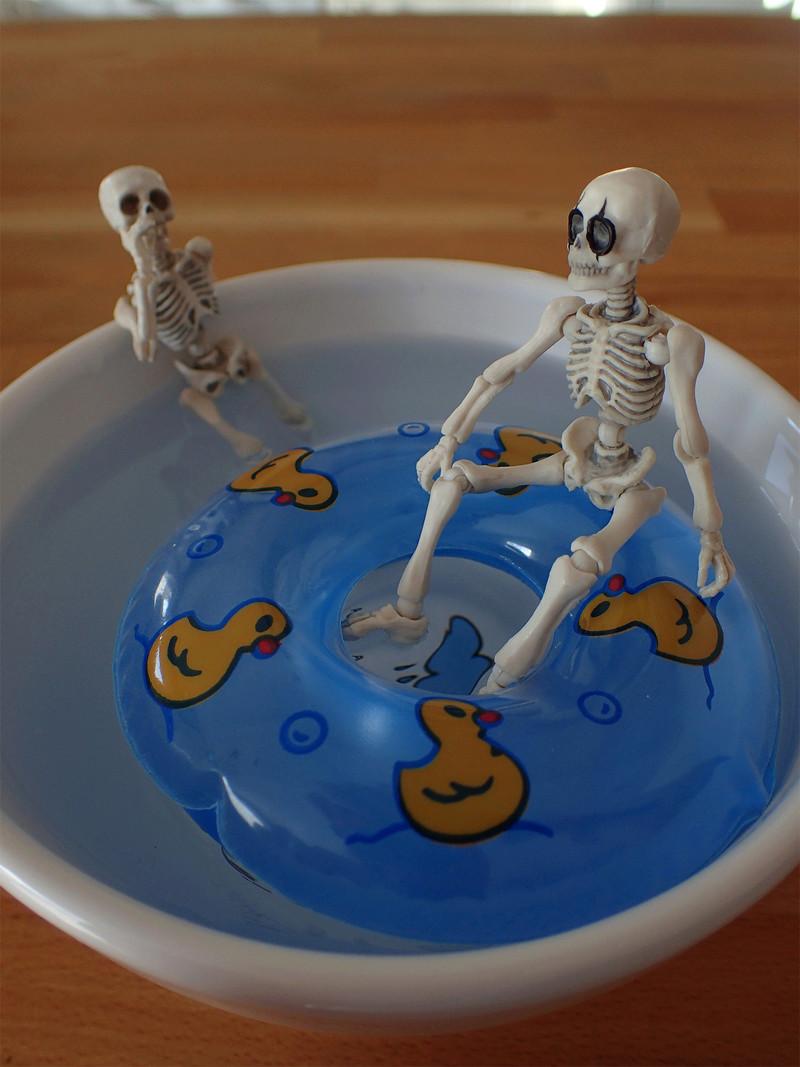 [Toys divers] 2 squelettes à la plage - Page 2 Squele16