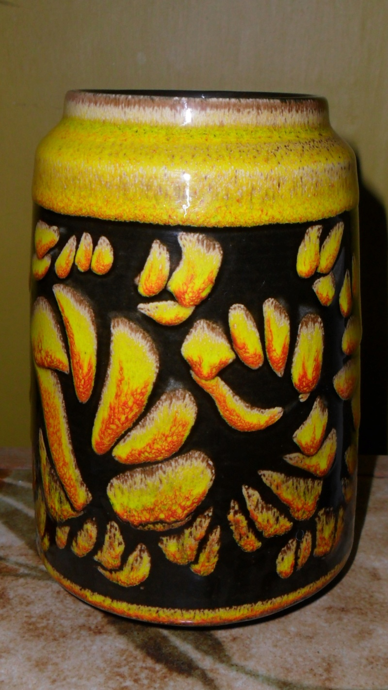 Does anyone recognize this Poole pottery paintress Sam_7728