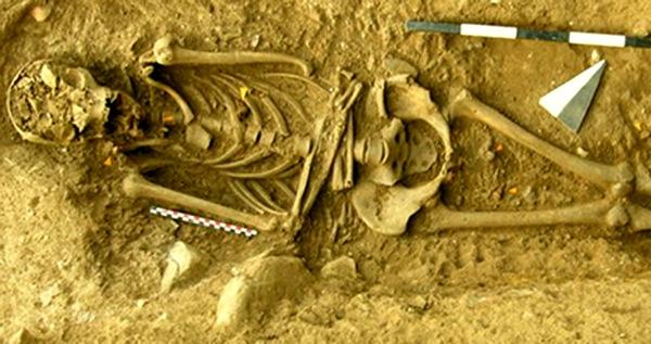 В Италии нашли останки ведьмы, прибитые гвоздями к земле. 120