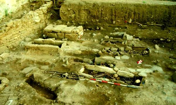 В Италии нашли останки ведьмы, прибитые гвоздями к земле. 220