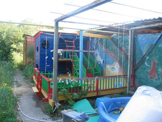 Детская площадка возле дома 06910