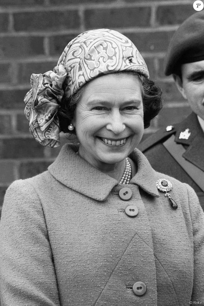 La reine Elizabeth II - Page 6 2162