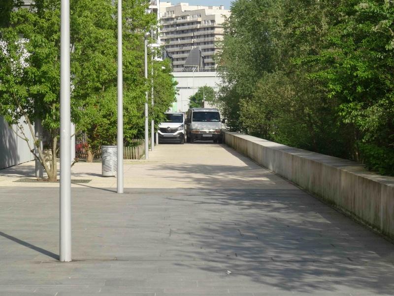 Véhicules sur voies piétonnes (allée Askinazi, esplanades du parc, etc) Dsc07023