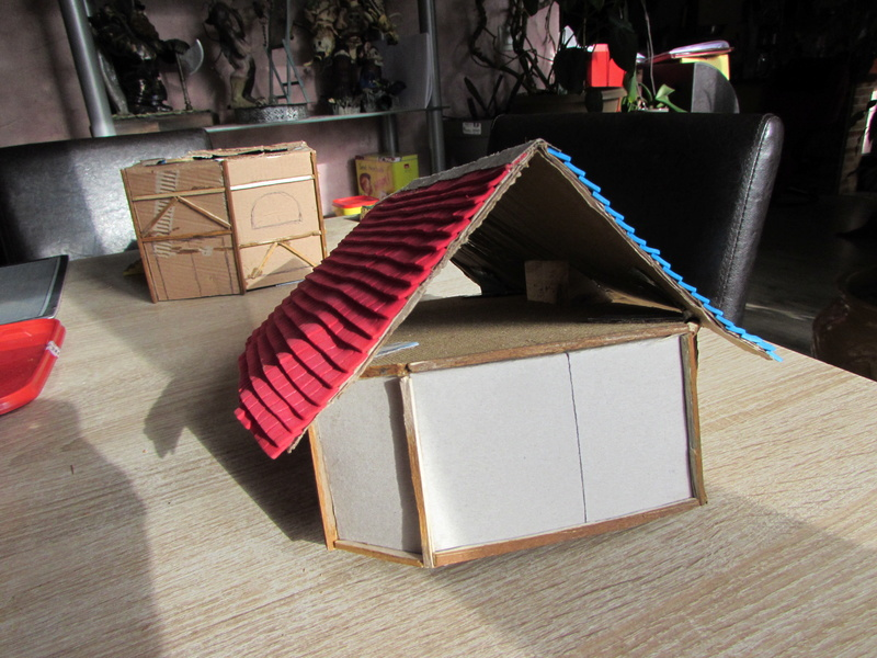 La maison est en carton, les escaliers... un batiment pour pas cher. Img_5613