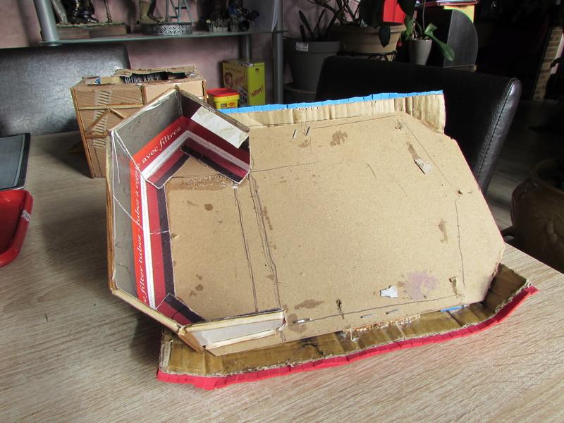 La maison est en carton, les escaliers... un batiment pour pas cher. Img_5615