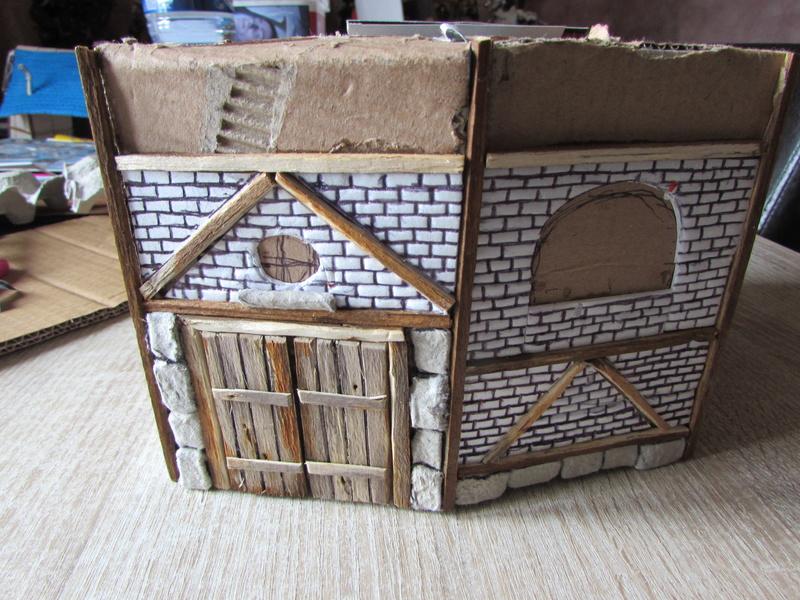 La maison est en carton, les escaliers... un batiment pour pas cher. Img_5625