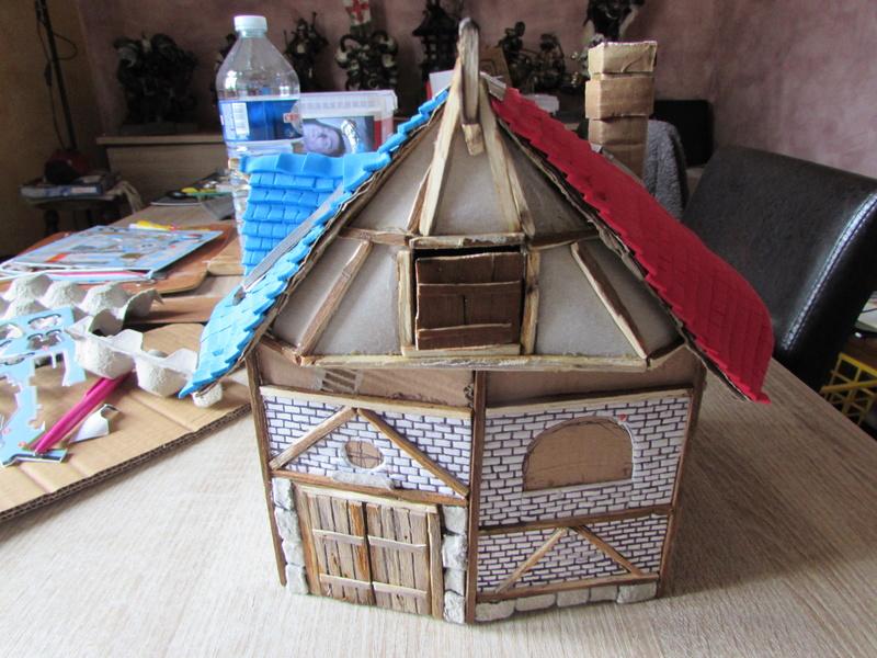 La maison est en carton, les escaliers... un batiment pour pas cher. Img_5626