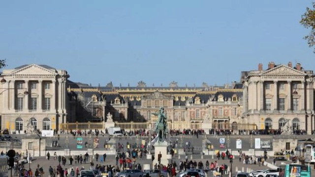 Macron investit Versailles Arton110