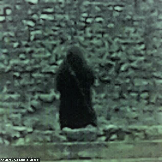Le fantôme d'un moine photographié dans un château 4887b310