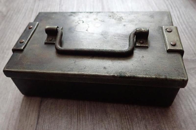 Petite caisse métallique Armée Suisse à identifier. 00001_13