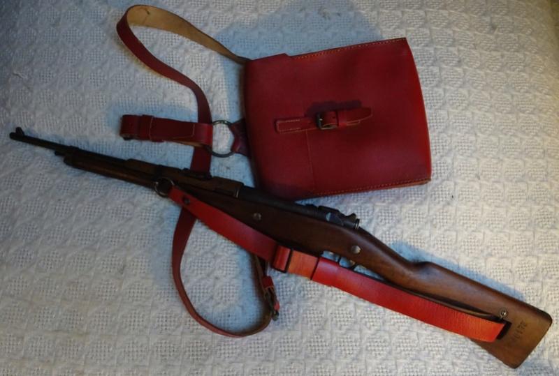 Bretelle pour Mousqueton Berthier M16 et sacoche de cuir rouge des Troupes Sahariennes. Berthi10