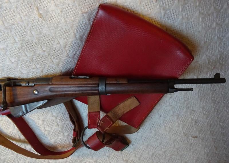 Bretelle pour Mousqueton Berthier M16 et sacoche de cuir rouge des Troupes Sahariennes. Berthi12