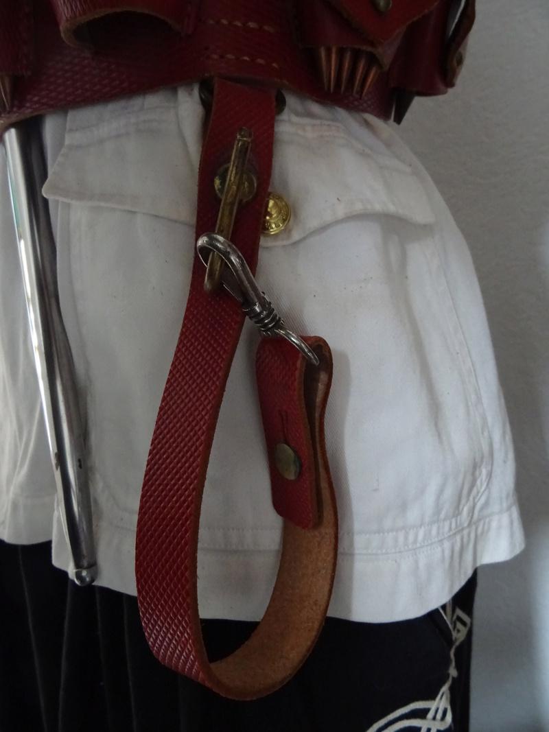 Bretelle pour Mousqueton Berthier M16 et sacoche de cuir rouge des Troupes Sahariennes. Dsc02512