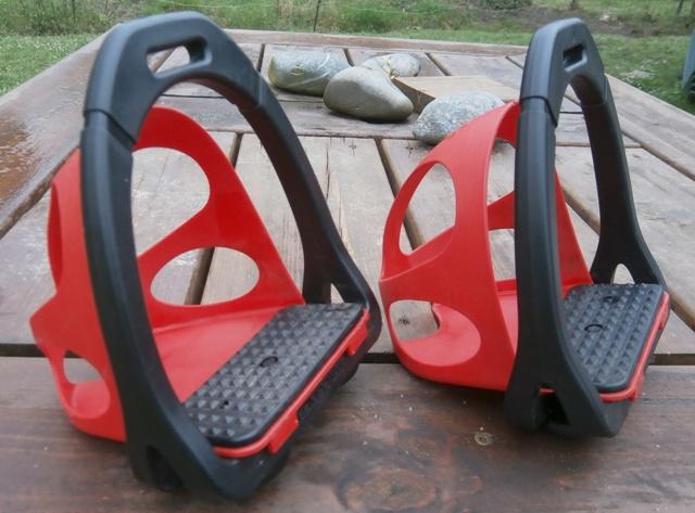 Vds tapis Stud One et étriers à coques rouges ou noirs  Ok00410
