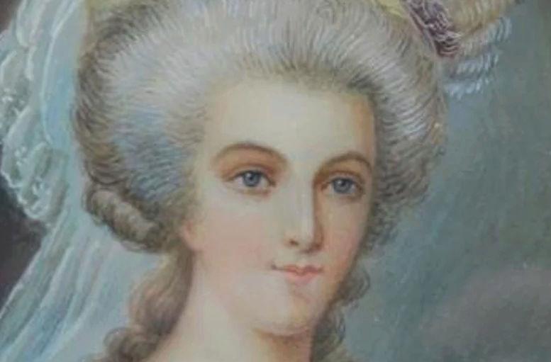 Marie-Antoinette en robe rouge sans ses enfants - Page 2 Sans_t10