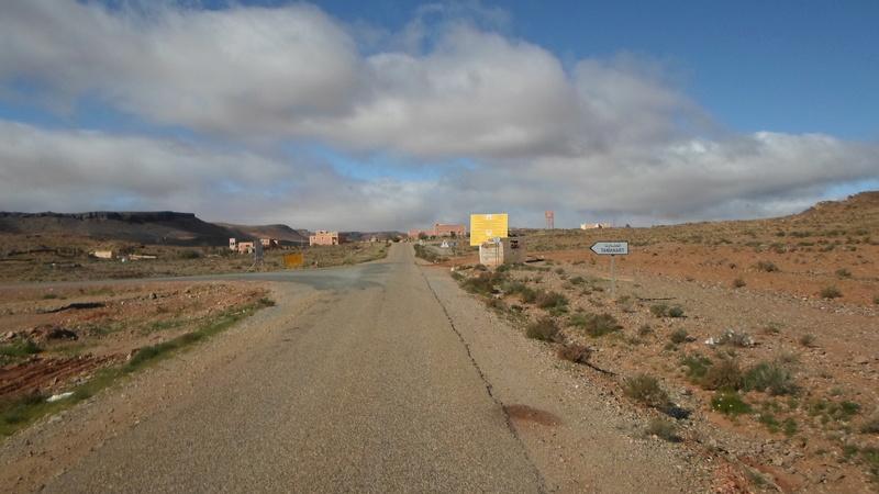 [Carburant, Routes, Police]  Nouvelle route de Tafraoute à Âit-Herbi sur la N 12  Sam_0010