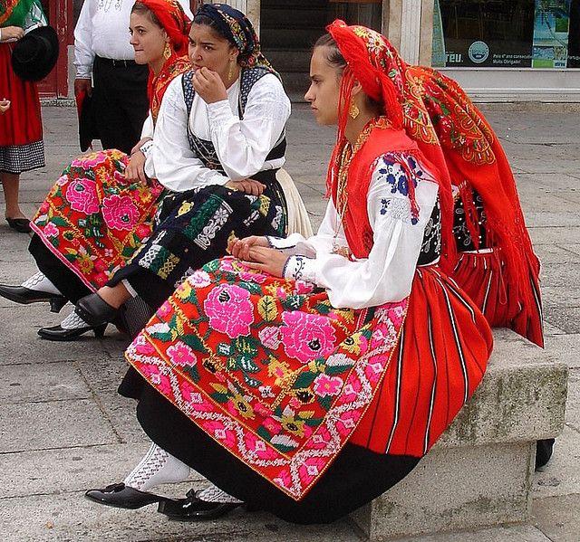 Petite roumaine en costume traditionnel  4235a010