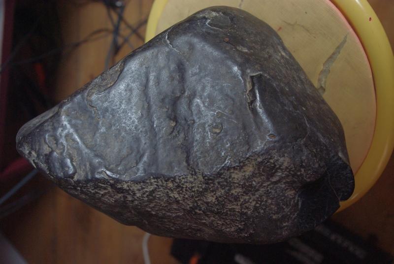 Grosse pierre noire et metallique Imgp3110