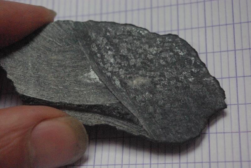 Grosse pierre noire et metallique Imgp3113