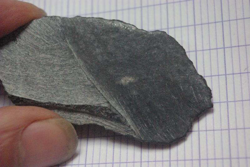 Grosse pierre noire et metallique Imgp3114