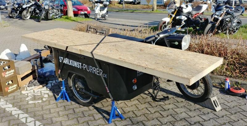 MZ attelée avec side-car aménagé en stand ambulant Side-210