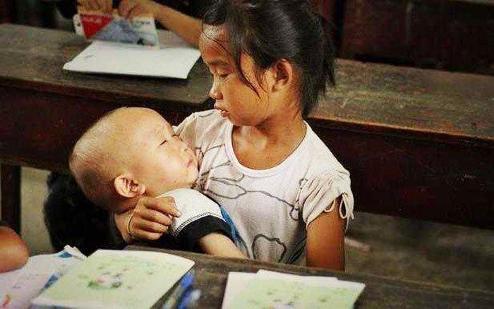Những bức ảnh về tình yêu thương của anh em, chị em, trong cảnh nghèo, khiến người xem rơi lệ D3cscv10