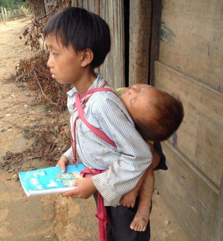 Những bức ảnh về tình yêu thương của anh em, chị em, trong cảnh nghèo, khiến người xem rơi lệ Ep7tle10