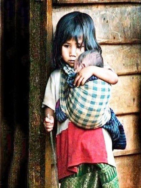 Những bức ảnh về tình yêu thương của anh em, chị em, trong cảnh nghèo, khiến người xem rơi lệ Oie_1r10