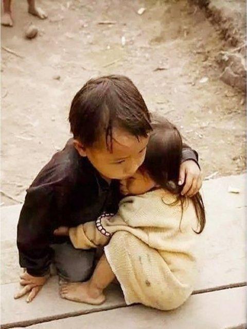 Những bức ảnh về tình yêu thương của anh em, chị em, trong cảnh nghèo, khiến người xem rơi lệ Oie_ph10