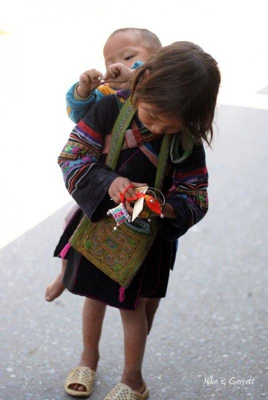 Những bức ảnh về tình yêu thương của anh em, chị em, trong cảnh nghèo, khiến người xem rơi lệ P6cxx310