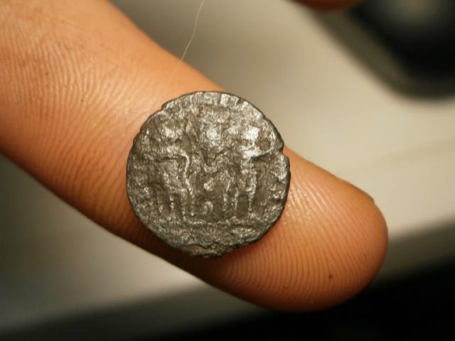 AE4 Romana bajo Imperial. GLORIA EXERCITVS Pb090015