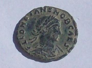 AE3 de Constante I. GLOR-IA EXERC-ITVS . Dos estandartes entre dos soldados. Ceca Roma. 102_4110