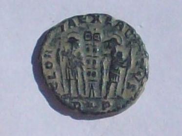 AE3 de Constante I. GLOR-IA EXERC-ITVS . Dos estandartes entre dos soldados. Ceca Roma. 102_4111