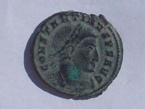 AE2 de Constantino I Magno. SOLI INVI-C-TO COMITI. Sol estante a dcha. y mirando a izq. Ceca Ticinum. 102_4121