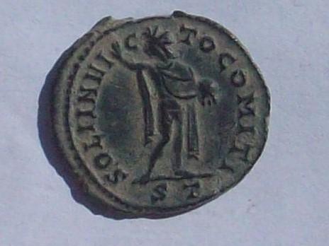 AE2 de Constantino I Magno. SOLI INVI-C-TO COMITI. Sol estante a dcha. y mirando a izq. Ceca Ticinum. 102_4122