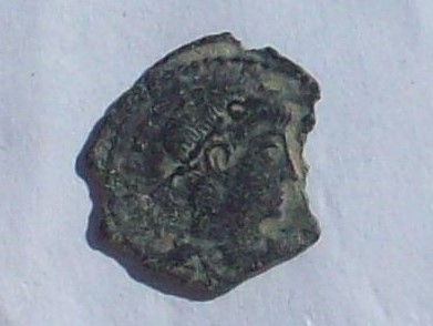 AE4 bajo imperio con reverso VICTORIAE DD AVGGQ NN con dos Victorias enfrentadas. 102_4130