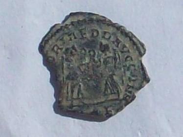AE4 bajo imperio con reverso VICTORIAE DD AVGGQ NN con dos Victorias enfrentadas. 102_4131
