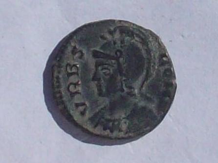 AE3 conmemorativa de Roma. VRBS ROMA. La loba capitolina con los gemelos. Ceca Roma?. 102_4152