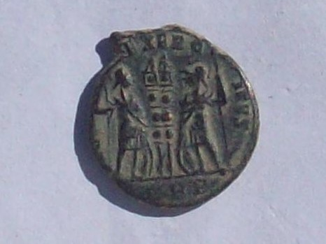 AE3 de Constantino I (el Grande). GLORIA EXERCITVS. Roma 102_4159