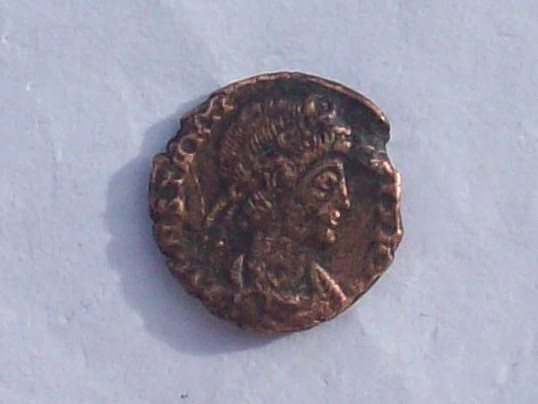 AE4 de Constancio II. VICTORIAE DD AVGGQ NN. Dos Victorias enfrentadas. Arles. 102_4224