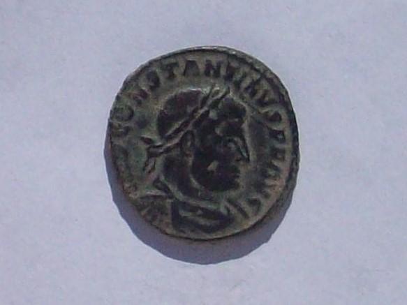 Nummus de Constantino I. SOLI INVICTO COMITI. Sol a izq. Arlés 102_4248