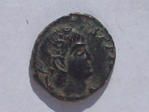 AE4 de Constante. GLORIA EXERCITVS. Estandarte entre dos soldados. Trier. 102_4292