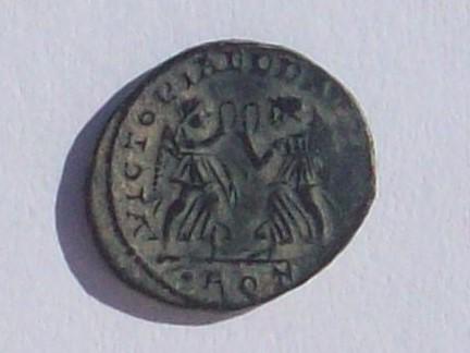 AE4 de Constancio II. VICTORIA DD AVGG Q NN. Aquilea 102_4348