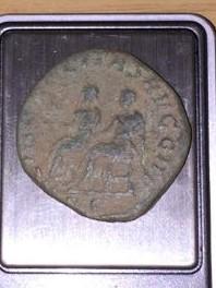 Sestercio de Filipo II. LIBERALITAS AVGG III - S C. Filipo I y II sedentes a izq. Roma. Img-2025