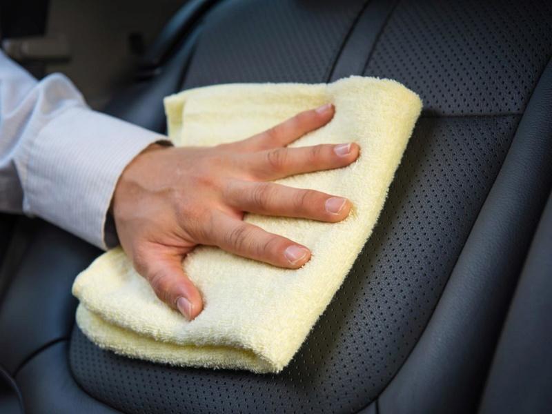 عزيزي الرجل : كيفية تنظيف جلد سيارة بشكل صحيح  3410