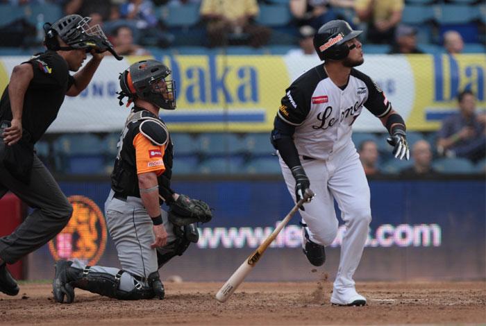Águilas cayeron derrotadas 14-3 ante Leones de Caracas en el Universitario Zvl10