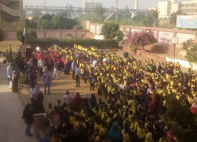 اعتصام تلاميذ مدرسة فى المنيا فى أرض الملعب اعتراضًا على ضرب ولى أمر و زوجته و حماته لتلميذ داخل المدرسة Uo_ooa10
