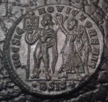 AE2 de Vetranio. HOC SIG-NO VICTOR ERIS. Emperador siendo coronado por Victoria. Ceca Siscia. 20171011