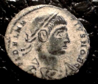 AE3 de Delmacio. GLOR-IA EXERC-ITVS. Estandarte entre dos soldados. Constantinopla.  20171122