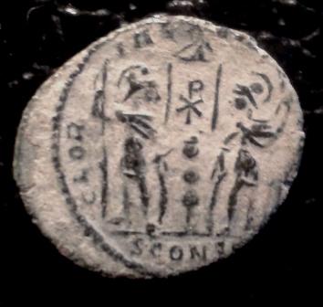 AE3 de Delmacio. GLOR-IA EXERC-ITVS. Estandarte entre dos soldados. Constantinopla.  20171123